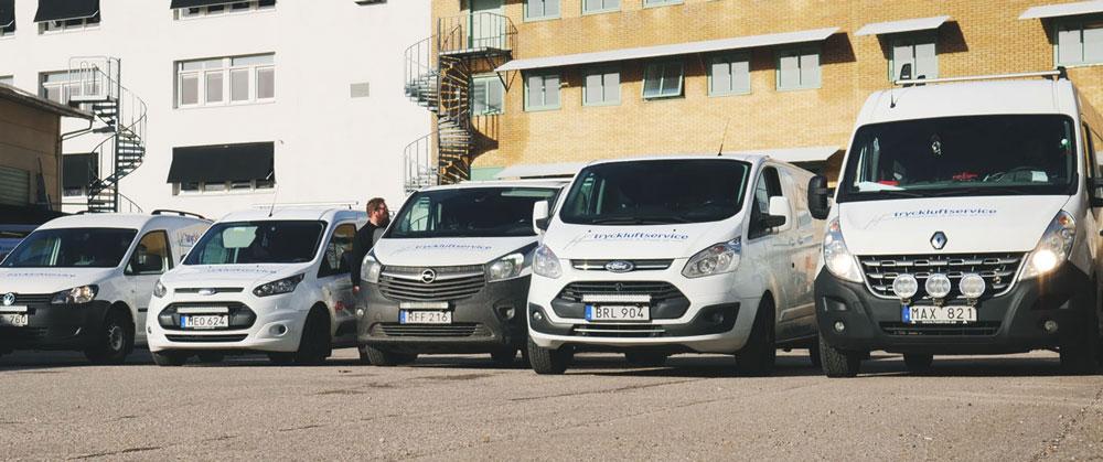 Foto på några av Hedström & Kroons servicebilar.